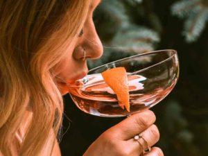 Mujer bebiendo un Cointreaupolitan